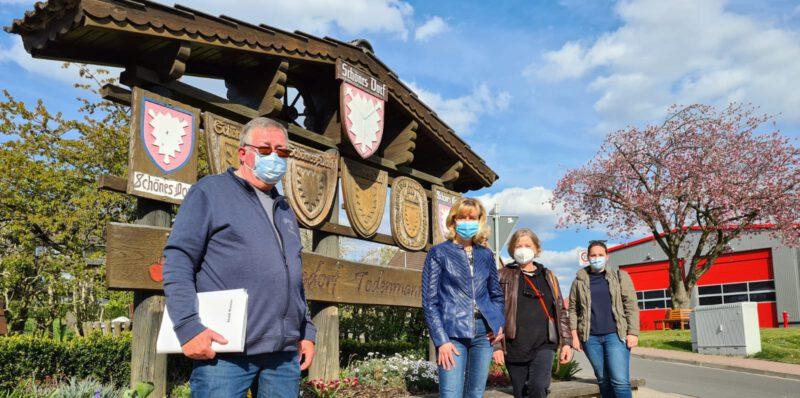 Von links nach rechts. Herr Künecke, Frau Lange, Frau fahrenkamp, Frau tegtmeier. Alle mit Mundschutz vor dem Ortsschild Todenmann